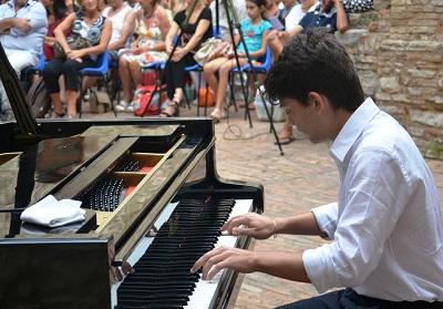 """Il giovane pianista scaleoto Lorenzo Maria Aronne nel cast del festival """"Il Federiciano"""""""