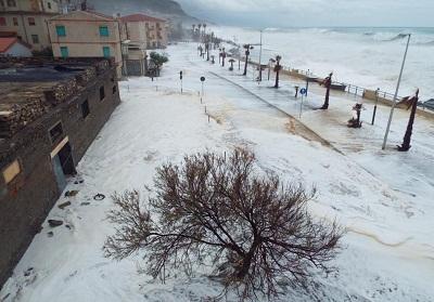 """Mareggiate sul Tirreno: Oliverio """"ho chiesto lo stato di calamità"""", Tansi """"nessuna onda anomala"""""""