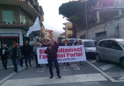 Diamante: Un paese chiuso per sciopero e un nutrito corteo cittadino per rilanciare la questione porto