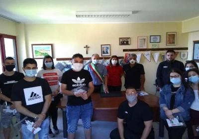 Maierà, Festa della Repubblica:Il Sindaco De Marco regala la Costituzione ai neo diciottenni