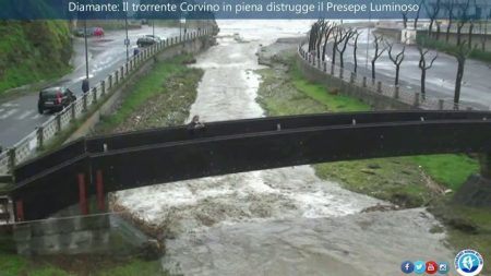 Diamante: Il torrente Corvino in piena distrugge il Presepe Luminoso