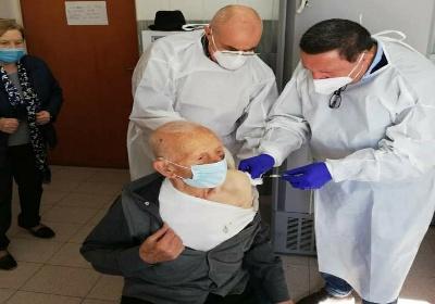 San Sosti: Con i suoi 102 anni, Vincenzo Diurno apre la campagna di vaccinazione degli over 80