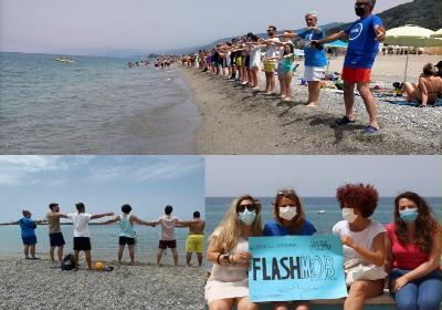 """Successo per il flashmob di """"Mare Pulito"""". Un abbraccio collettivo al mare del Tirreno cosentino"""